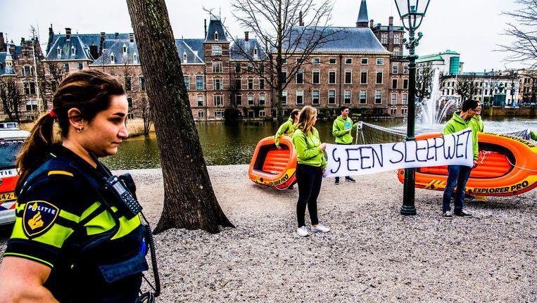 De jongerenorganisatie van D66 wilde deze maand met bootjes en een sleepnet de Hofvijver opgaan, maar de actie werd door de politie vroegtijdig afgebroken. Beeld anp