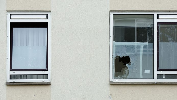 Een ingegooide ruit bij een woning in de Pluvierstraat in Duindorp. In de Haagse volkswijk zouden allochtone bewoners en woningzoekenden worden geintimideerd.