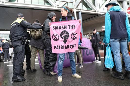 Demonstranten zeggen tegen het patriarchaat te demonstreren.