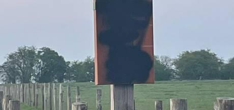 Pas geplaatste borden in uiterwaarden bespoten met zwarte graffiti: 'Waarom doen mensen dit?'