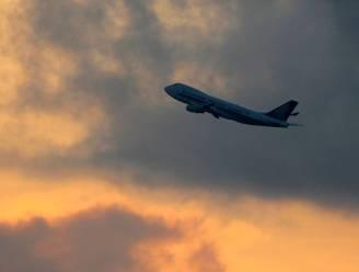 """Vliegtuig laat lading uitwerpselen vallen op man in tuin: """"Alles zat onder, tot tuinparasols toe. Het was bijzonder onaangenaam"""""""
