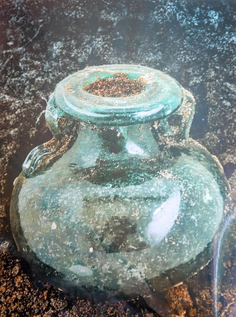 Er werd onder meer een intact glazen olieflesje gevonden