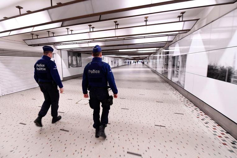 Agenten op patrouille in de Brusselse stations. Beeld Photo News