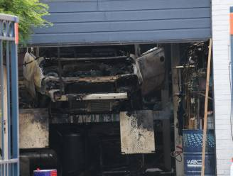 Garage gaat volledig in vlammen op na kortsluiting