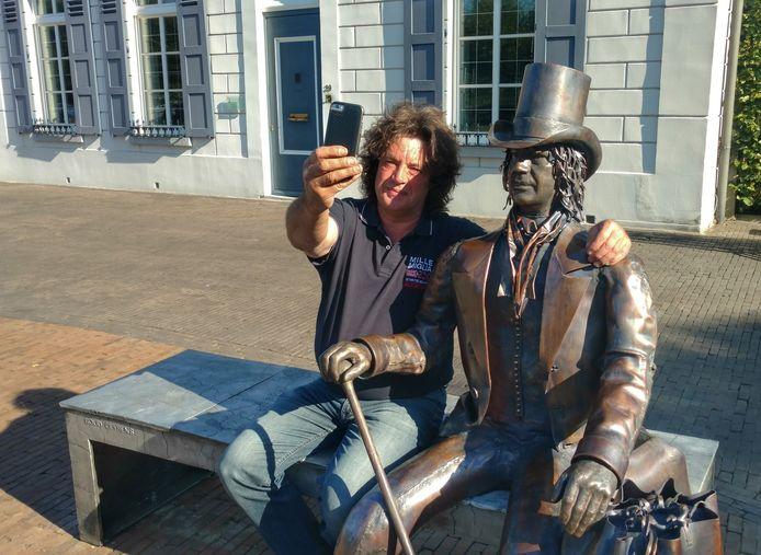 Maker Boud Ceysens maakt een selfie met 'zijn' teutenbeeld.