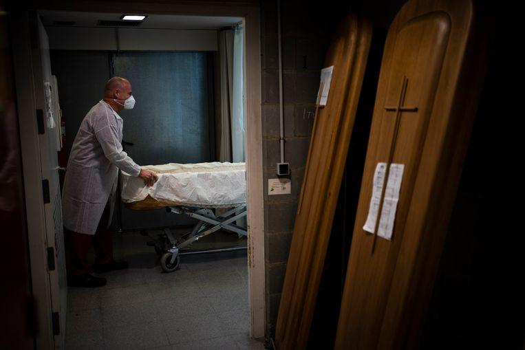 Voorbereiding van een coronabegrafenis in Girona, Spanje, begin februari. Beeld AP