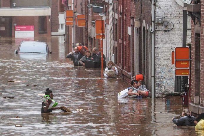 Honderden mensen zijn zwaar getroffen door de overstromingen