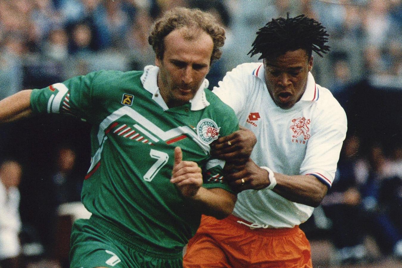 1995: Edgar Davids doet een vergeefse poging om doelpuntenmaker Sergei Gerasimets af te stoppen.