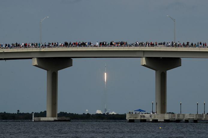 Toeschouwers konden de lancering vanop afstand volgen.