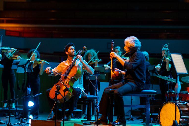Cellist Kian Soltani (links) en kamancheh-speler Kayhan Kalhor met Amsterdam Sinfonietta in de Grote Zaal van TivoliVredenburg, afgelopen woensdag.  Beeld Juri Hiensch