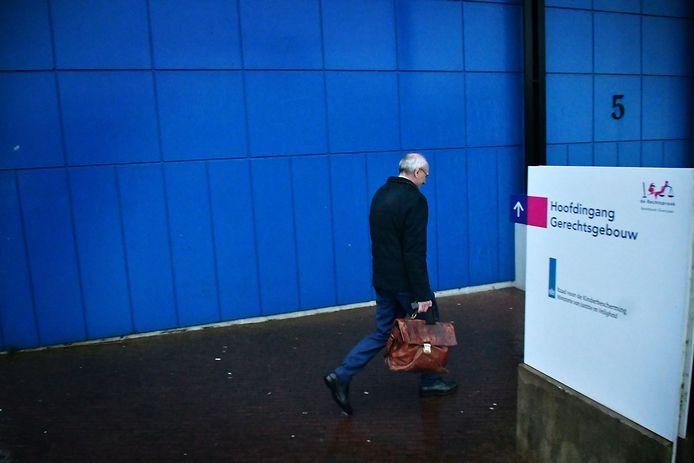 Gerard Sanderink bij de ingang van de rechtbank in Almelo.