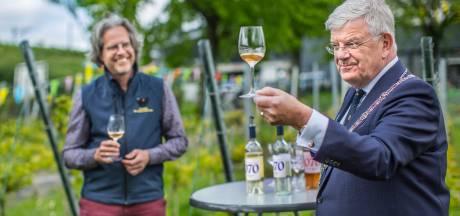 Met nieuw kookboek kan burgemeester Jan van Zanen vanuit zijn eigen woning Haagse horeca ontdekken