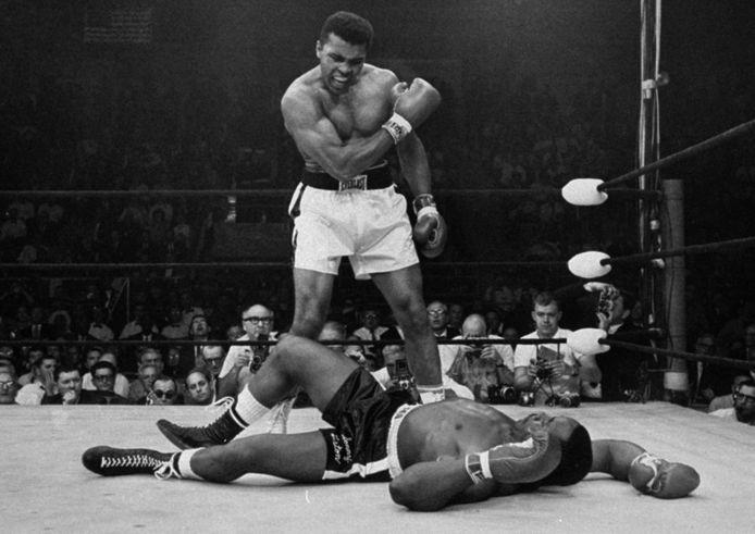 Toen nog Cassius Clay: met een rake rechtse vloert Clay in februari 1964 uitdager Sonny Liston. Twee weken later kondigt Clay zijn naamsverandering aan.