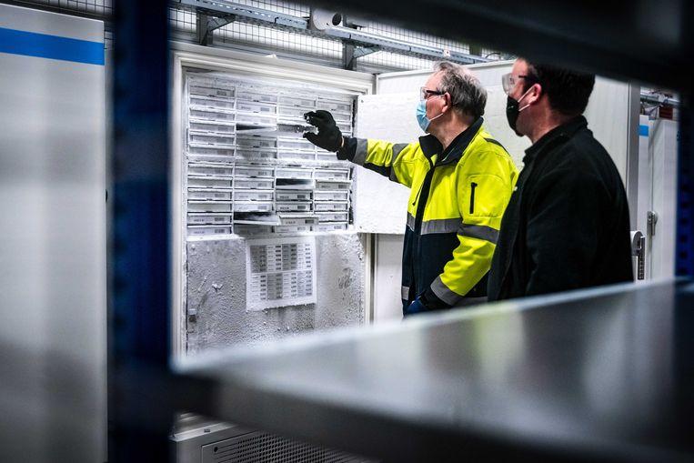 Een van de vriezers bij Movianto in Oss voor het Pfizer-vaccin, dat op -76graden Celsius moet worden bewaard. Beeld Rob Engelaar / ANP