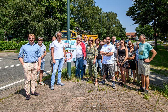 Statenleden kwamen deze zomer op de kruising met de Kruisstraat bijeen om met omwonenden te praten over de verkeerssituatie ter plaatse.