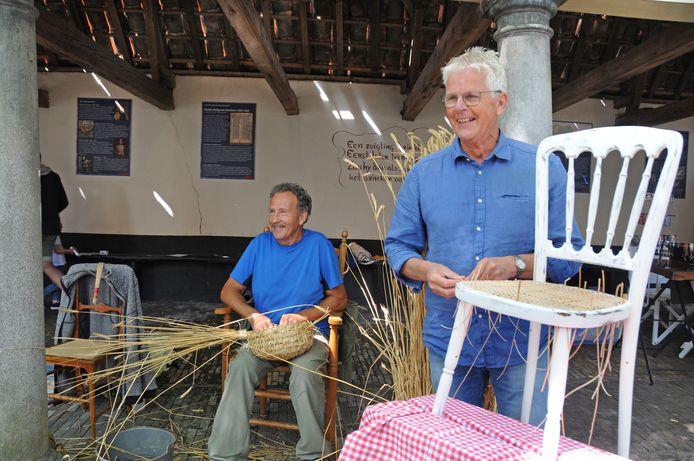 Mandenaker Henk Verhage en stoelenmatter Bas de Vos aan het werk tijdens de open dag.