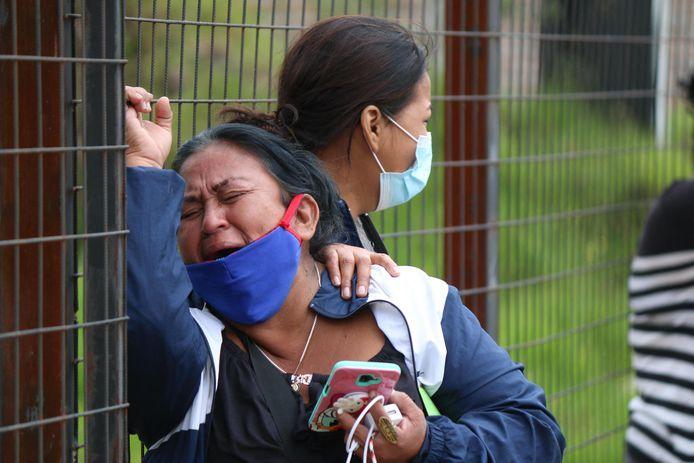 Des familles des victimes pleurent les morts.