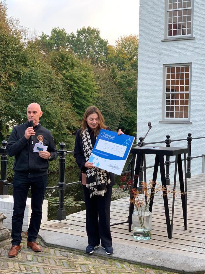 Lions-president Anton van Wezel overhandigt de cheque aan directeur Hanneke Verburg van Stichting Make a Wish.