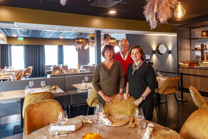 George Muns (midden) en zijn vrouw MaÏté (links) in mei bij de verhuizing van het restaurant naar het toenmalige Golden Tulip Hotel, toen zij ook aankondigden het stokje door te geven aan Severine Brengard.