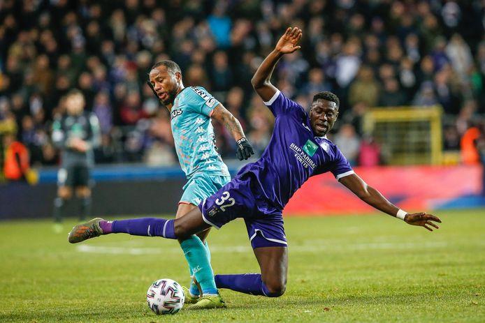 Marco Ilaimaharitra (links) en Derrick Luckassen in duel tijdens Charleroi-Anderlecht.