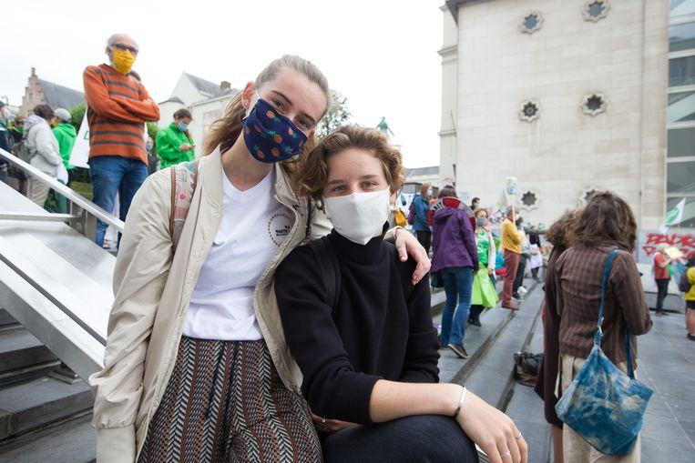 Anuna De Wever en Adelaide Charlier tijdens een klimaatdemonstratie in Brussel. Beeld BELGA