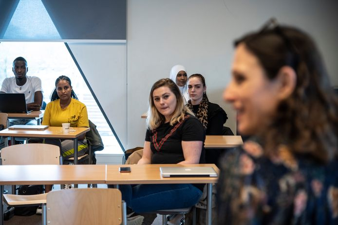 De klas zoekt een woning voor gevluchte klasgenoot Mebriht (geel t-shirt). Op de voorgrond docent Elvira Castany Padros.