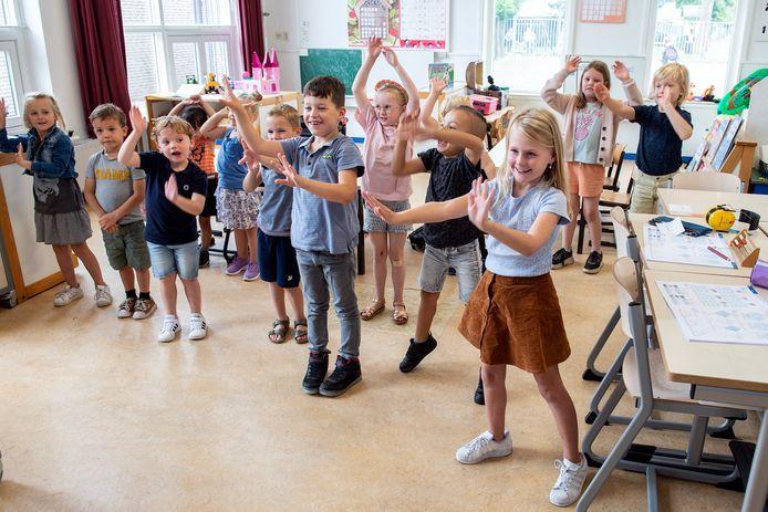 Pix4Profs-Ron Magielse basisschool de start in de middelstraat heeft onlangs zijn 23e leerling binnengehaald en mocht haar deuren openen. alle leerlingen uit de onderbouw dansen gezamelijk na de eerste schoolweek het weekend in.
