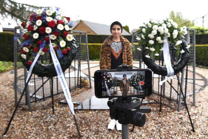 De Syrische vluchteling Mariam spreekt een kort gedicht uit bij het Joodse Monument. Ze kent het uit haar hoofd.