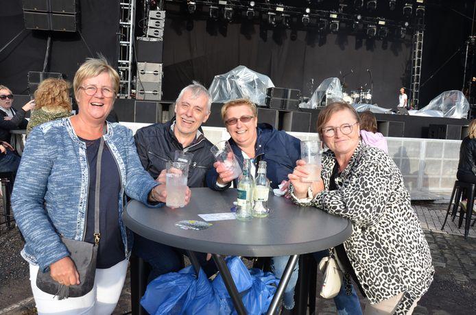 Il fornaio in pensione Chris Fairfait, sua moglie Manuela e i loro amici Ruth e Martin sono seduti ai tavoli davanti.