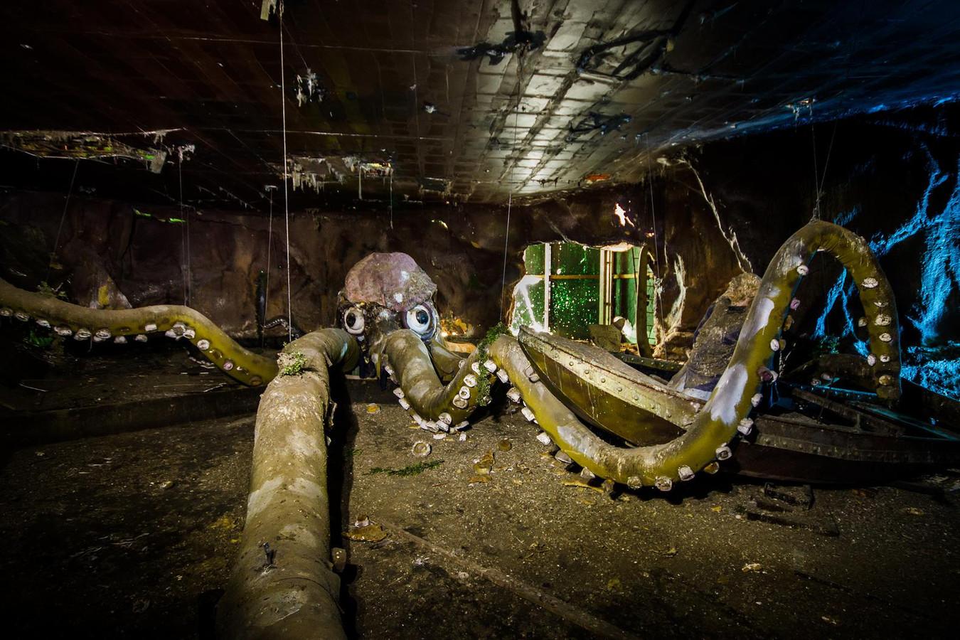 Het voormalige attractie-eiland staat al enige tijd leeg en verkeert in erbarmelijke staat. En dat levert spookachtige beelden op.