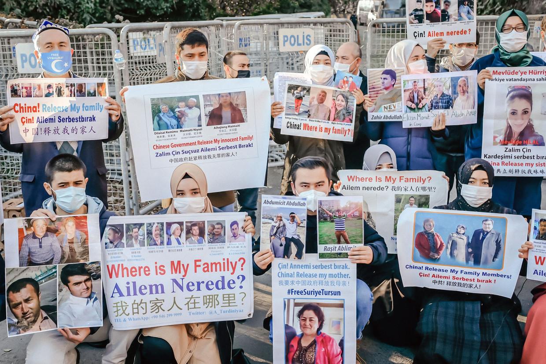 Oeigoeren protesteren in Turkije voor de Chinese ambassade. De Turken hebben eenzelfde verdrag met China als België nu. Beeld AFP