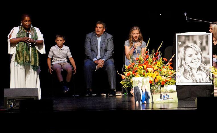 Beeld van de begrafenis van Jennifer Riordan.
