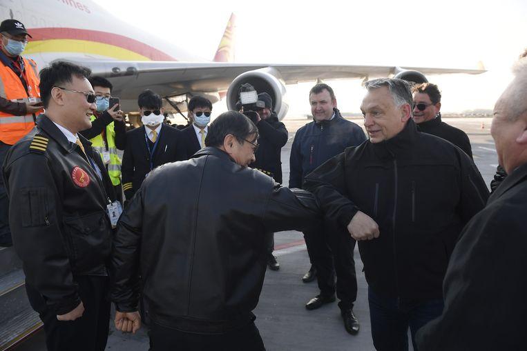 Maart 2020: premier Orbán van Hongarije verwelkomt een Chinees vliegtuig dat een lading mondmaskers aflevert. Er is geen sprake van liefdadigheid, Boedapest moet grof geld betalen.  Beeld EPA
