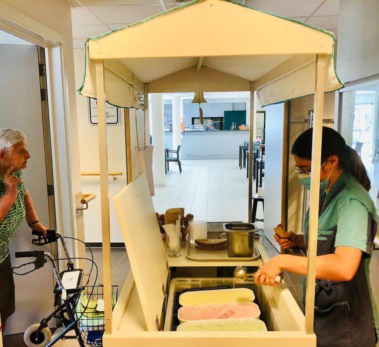 De bewoners kunnen een ijsje afhalen wanneer de ijskar op de gang langskomt.