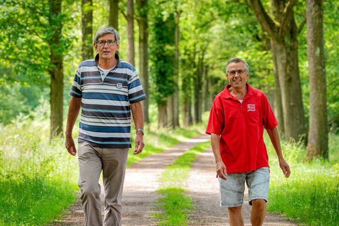 Louis van de Wiel (links) en Albert Bressers. Op verzoek van Stichting Promotie Projecten in Leefbaar Liempde bundelden de twee hun krachten om tot acht nieuwe wandelroutes en vijf nieuwe fietsroutes te komen.