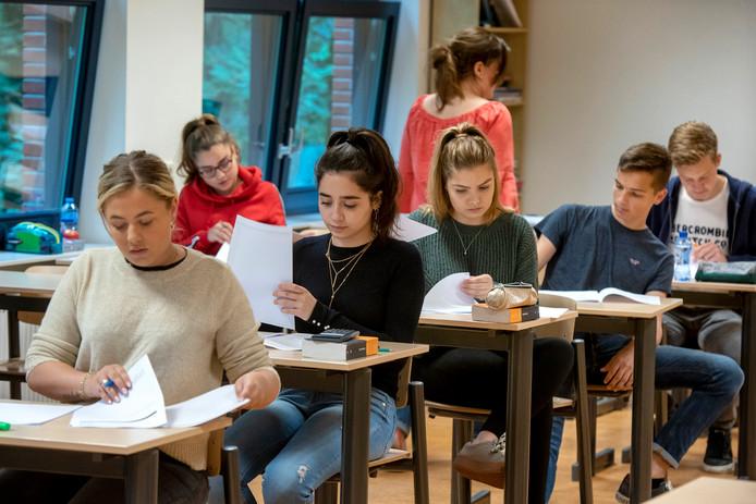 Leerlingen van het Dorenweerd College tijdens hun herexamen.