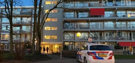 Agenten in kogelwerende vesten pakken ruziemakers in Deventer op na melding over wapens