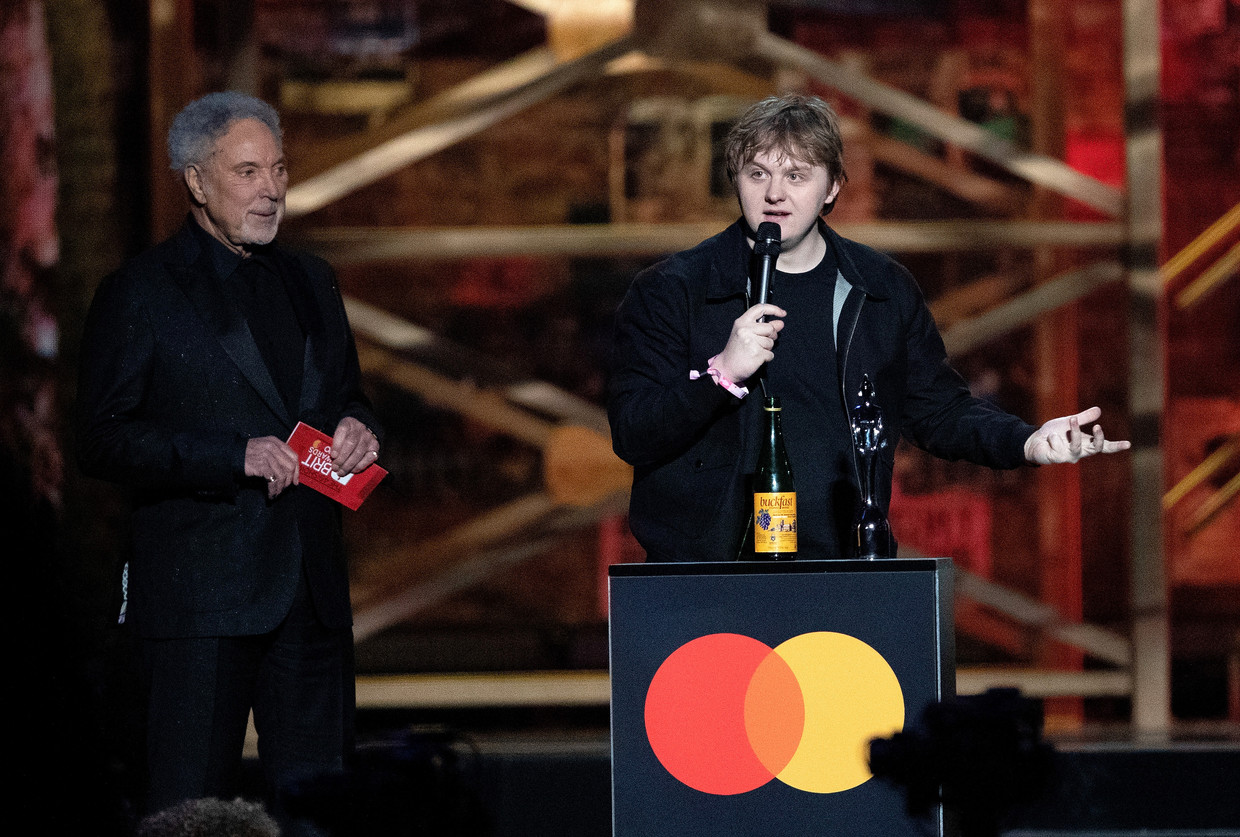 Tom Jones presents a Brit Award to Lewis Capaldi at the Brit Awards 2020 Live Show at 02 Arena in London, 18 February, 2020.  19 February 2020.  Please byline: Vantagenews.com  Reporters / VantageNews Beeld Reporters / VantageNews