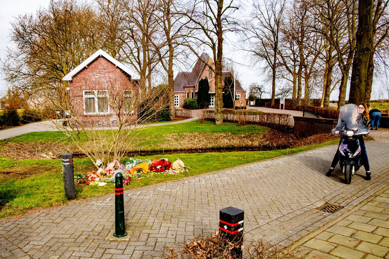 Op de begraafplaats Vredehof in Bodegraven hebben actievoerders bloemen en actiebordjes op graven gelegd waarvan zij denken dat de overledenen zijn 'vermoord door een satanistisch pedonetwerk'. Beeld Robin Utrecht / Hollandse Hoogte