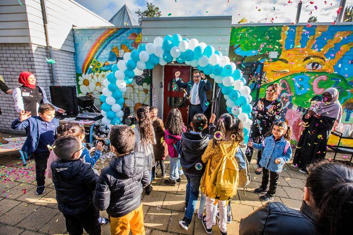 Joehee! Onderwijswethouder Jan Iedema juicht met de kinderen bij de opening van de nieuwste school van Zoetermeer: IKC De vijf pilaren. Daarin vinden islamitische basisschool Yunus Emre en kinderopvang De Drie Ballonnen een plek.