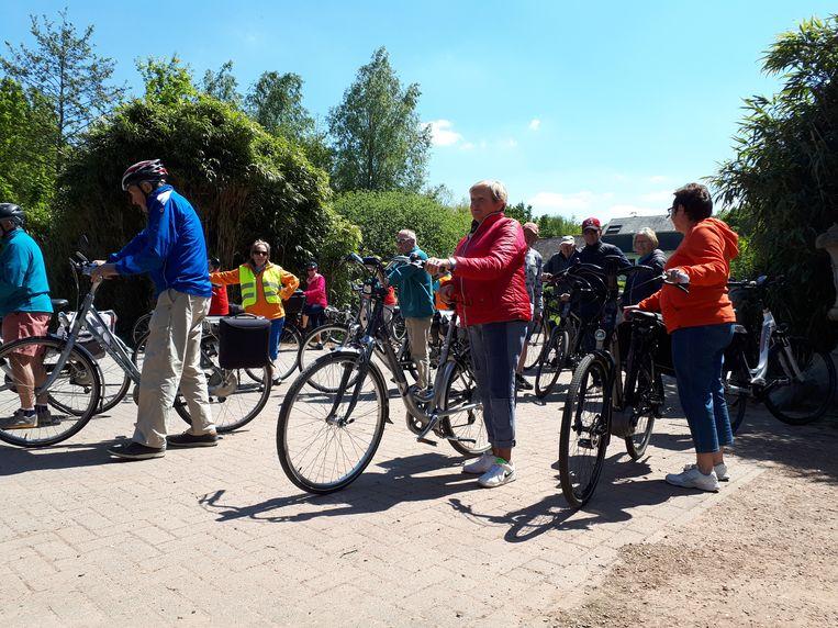 Maria Spanoghe (m.) maakt zich klaar voor een fietstocht in Wippelgem.  Beeld Yv