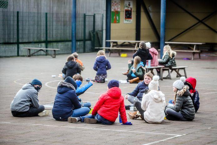 Archiefbeeld van leerlingen op de speelplaats. Zij mogen allemaal binnenkort weer op daguitstap, maar enkele Hasseltse scholen houden nog even de boot af.