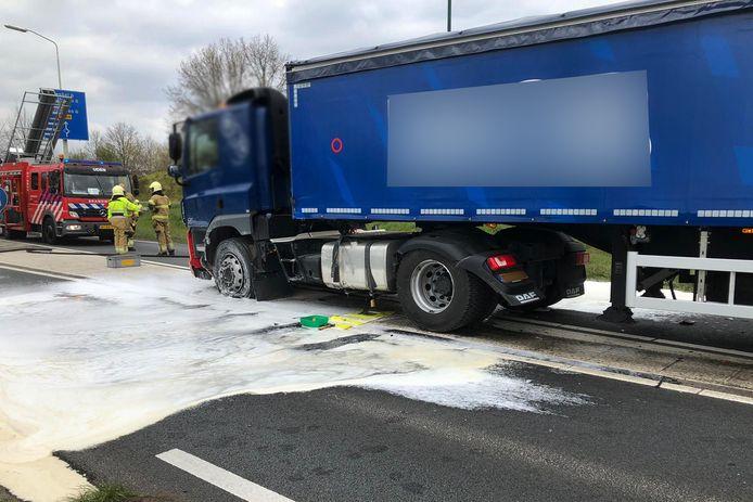 Botsing tussen vrachtwagen en auto in Uden