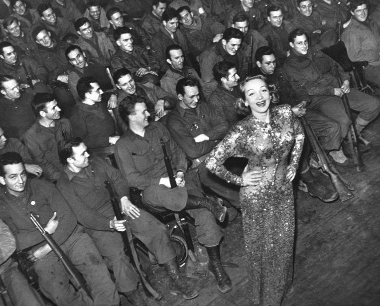 Marlene Dietrich steunt de troepen aan het front in glitterstijl, in 1941. Beeld The LIFE Picture Collection via
