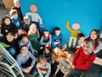 Leerlingen aan de slag met verf en kwasten: leukere traphal voor De Bellewij