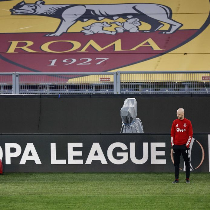 Ajax-trainer Erik Ten Hag in het stadion van AS Roma bij de laatste training.
