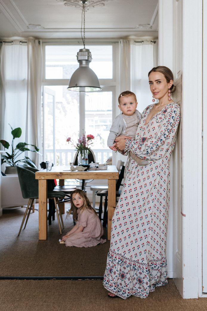 Florine Duif (met onder de tafel Isabel Chloé en op haar arm Lexie Loren): ,,Het laatste waaraan een kind behoefte heeft is een gestreste moeder.''