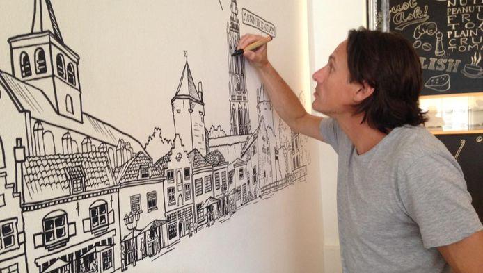 Tekenaar Lex van Elten aan het werk.