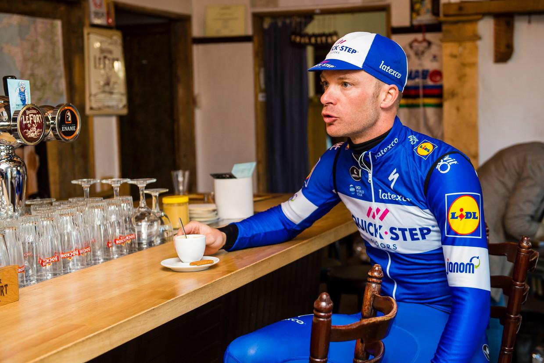 Iljo Keisse stopt voor een koffietje tijdens een trainingsrit door de Vlaamse Ardennen. Beeld Photonews