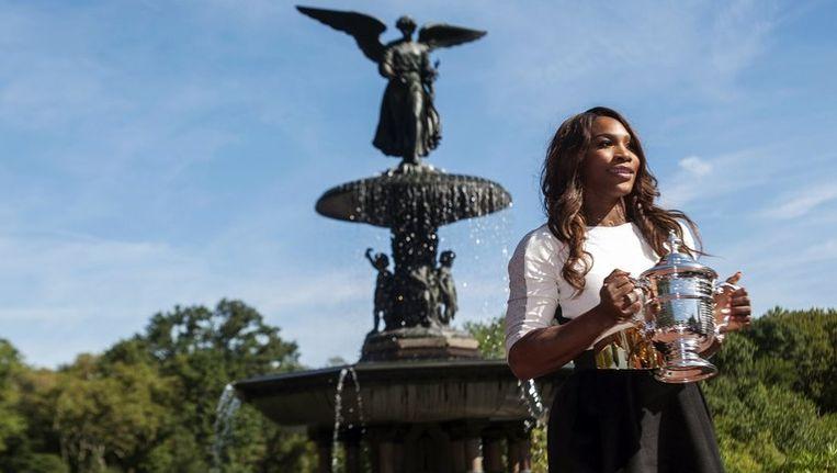 Serena Williams met de beker van de US Open in Central Park. Beeld REUTERS